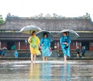Kinh nghiệm du lịch ngày mưa, chuẩn bị và lưu ý cần thiết